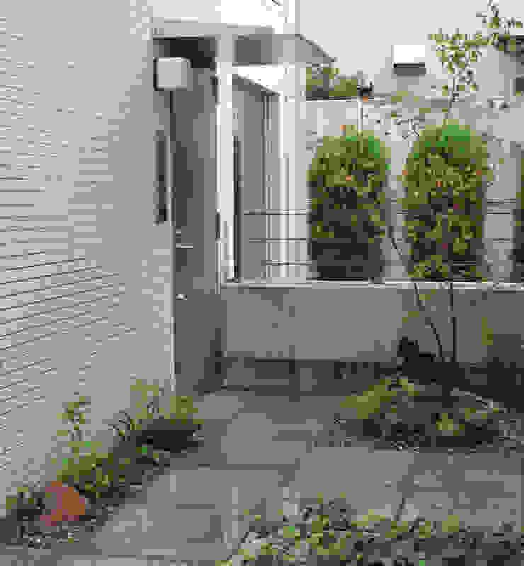 人工地盤上かつ30㎝幅の坪庭ー三鷹市井の頭の家- の attic garden