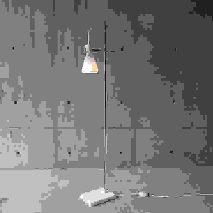 FLASK - Floor Lamp: abode Co., Ltd.が手掛けたミニマリストです。,ミニマル