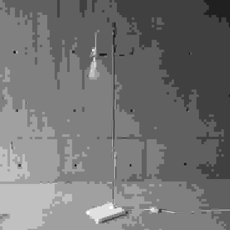 FLASK – Floor Lamp: abode Co., Ltd.が手掛けたミニマリストです。,ミニマル