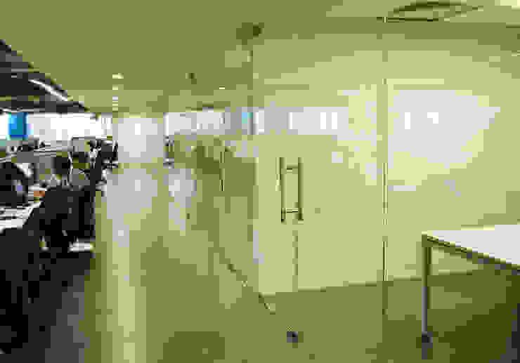 corridor between meeting room and workstations by Horizon Design Studio Pvt Ltd