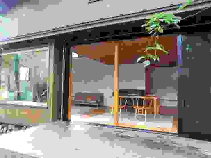 庭から食堂を見る オリジナルデザインの テラス の 早田雄次郎建築設計事務所/Yujiro Hayata Architect & Associates オリジナル
