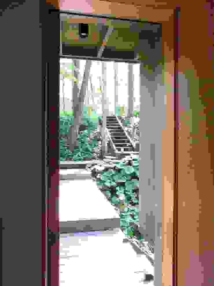 Коридор, прихожая и лестница в эклектичном стиле от 早田雄次郎建築設計事務所/Yujiro Hayata Architect & Associates Эклектичный