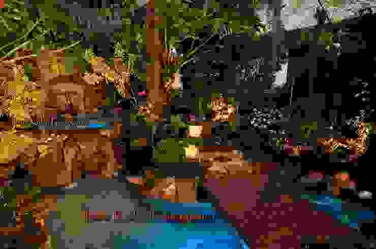 JARDIM TROPICAL COM LAGO E CASCATA Espaços gastronômicos tropicais por Ivani Kubo Paisagismo Tropical