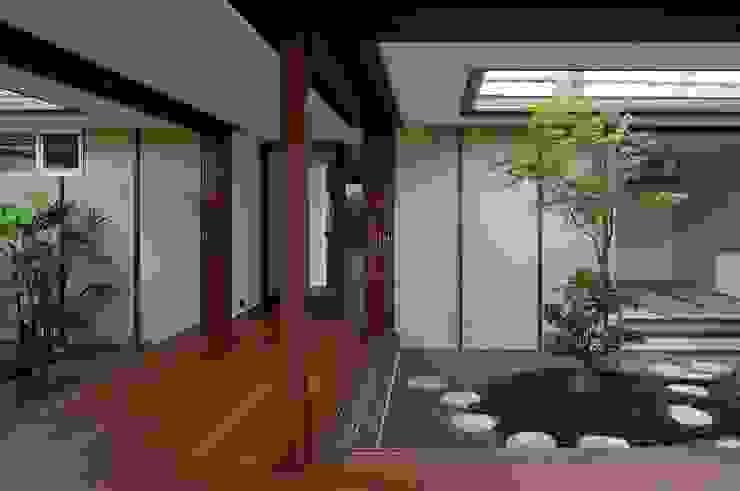 澤村昌彦建築設計事務所 Pasillos, vestíbulos y escaleras de estilo asiático