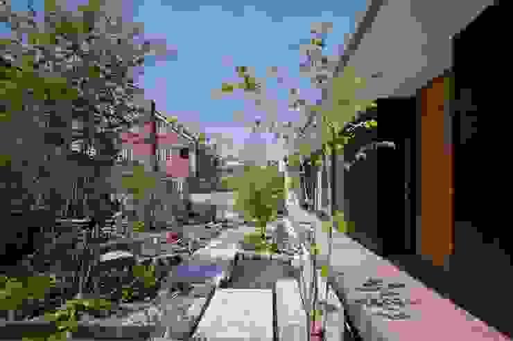 Сад в эклектичном стиле от 澤村昌彦建築設計事務所 Эклектичный