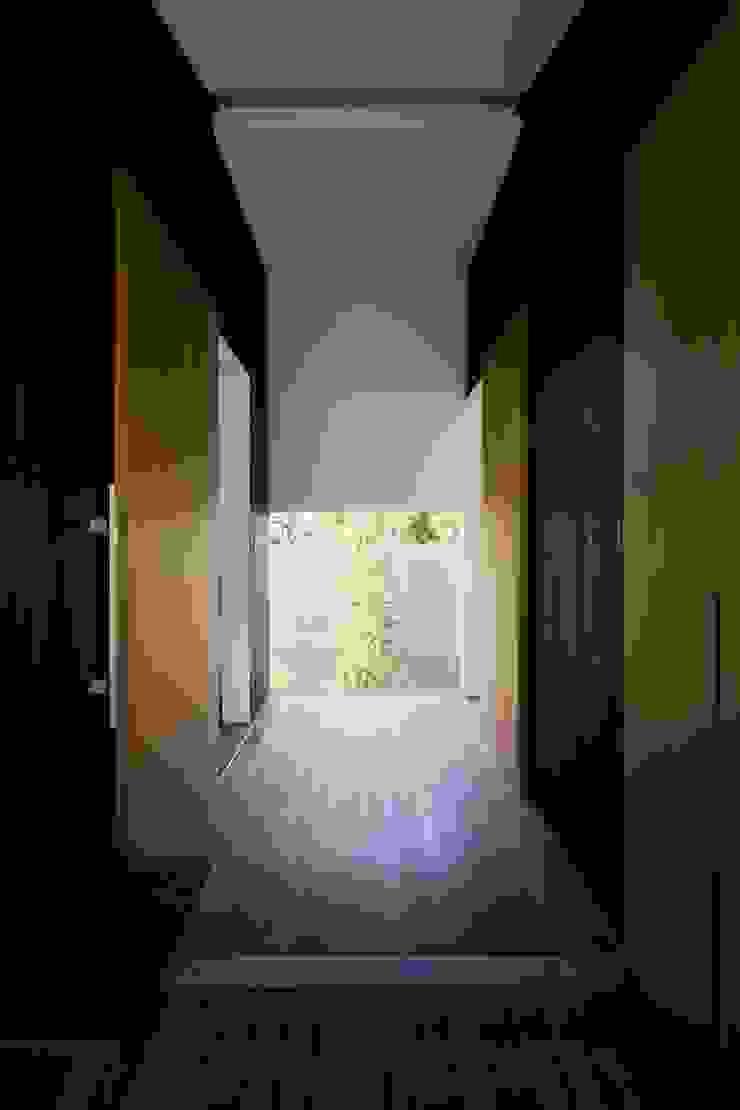 Коридор, прихожая и лестница в эклектичном стиле от 澤村昌彦建築設計事務所 Эклектичный