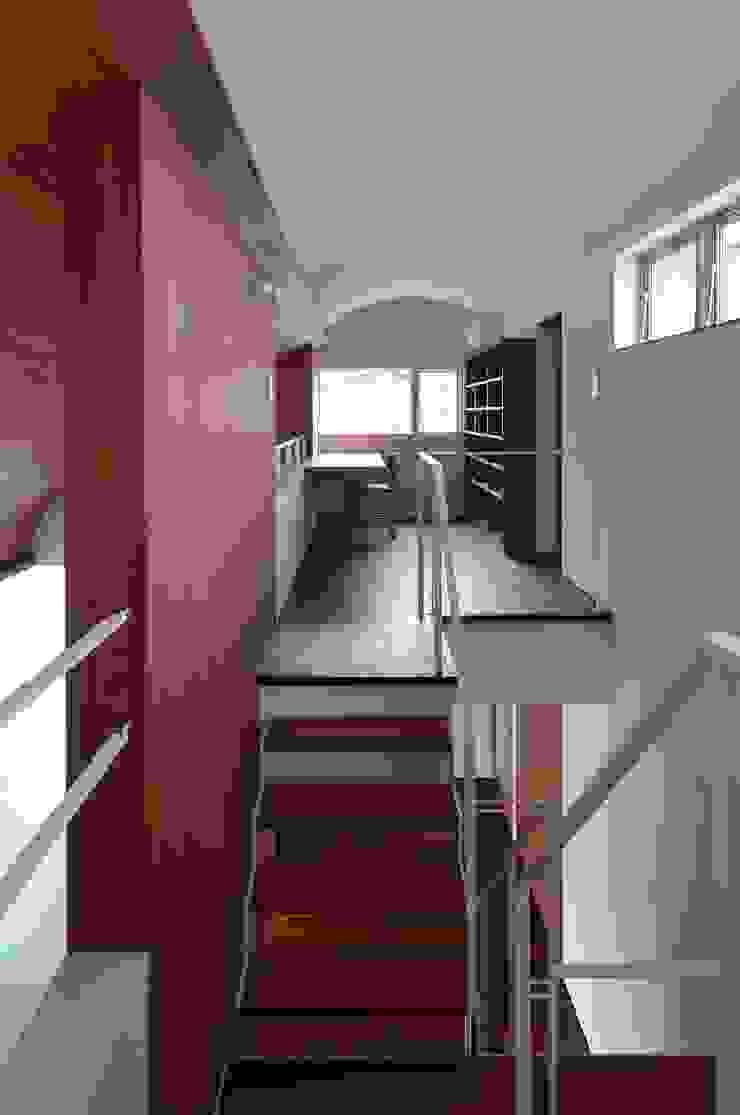 Pasillos, vestíbulos y escaleras de estilo escandinavo de 澤村昌彦建築設計事務所 Escandinavo