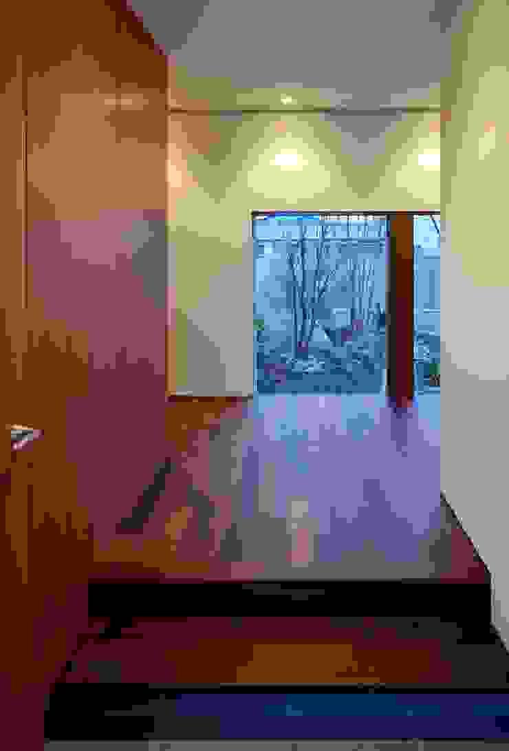 Scandinavian corridor, hallway & stairs by 澤村昌彦建築設計事務所 Scandinavian