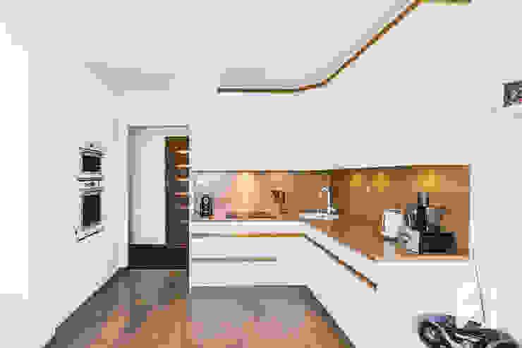 Białe meble na wymiar do kuchni z elementami w kolorystyce drewna od 3TOP Nowoczesny Płyta MDF