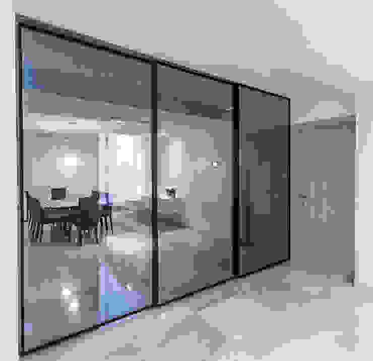 APTO GE Pasillos, vestíbulos y escaleras de estilo moderno de Design Group Latinamerica Moderno