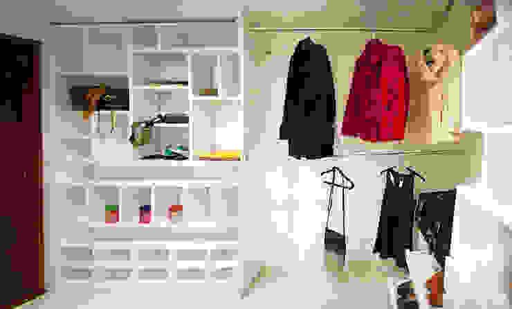 Walk In Closet Modern Dressing Room by Redesign Studio Modern Wood Wood effect