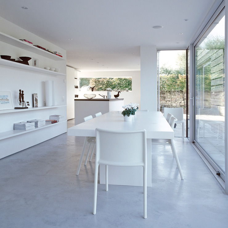 The dining area looking towards the kitchen at ​the Old Hall in Suffolk Moderne eetkamers van Nash Baker Architects Ltd Modern Beton