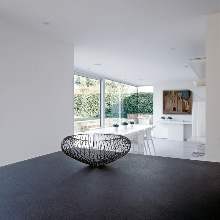 The dining area looking from the kitchen at the Old Hall in Suffolk Moderne eetkamers van Nash Baker Architects Ltd Modern