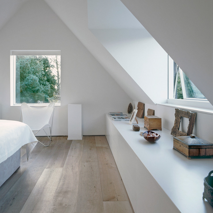 The bedroom at ​the Old Hall in Suffolk Nash Baker Architects Ltd Chambre moderne Blanc