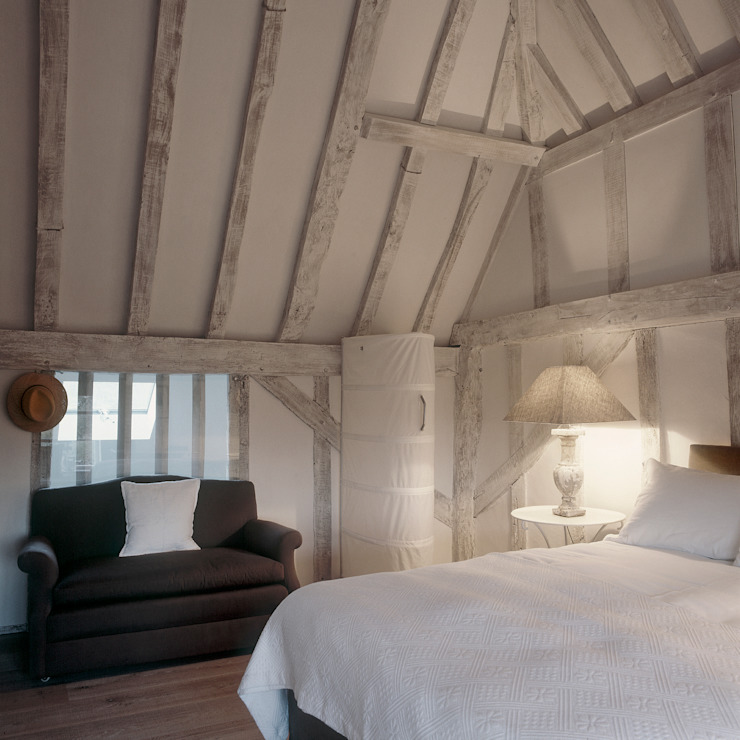 The Master bedroom at ​the Old Hall in Suffolk Moderne slaapkamers van Nash Baker Architects Ltd Modern Hout Hout