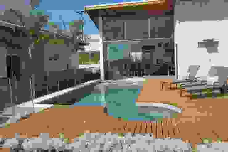 Modern pool by Andrea Vasconcelos Arquitetura e Design Modern