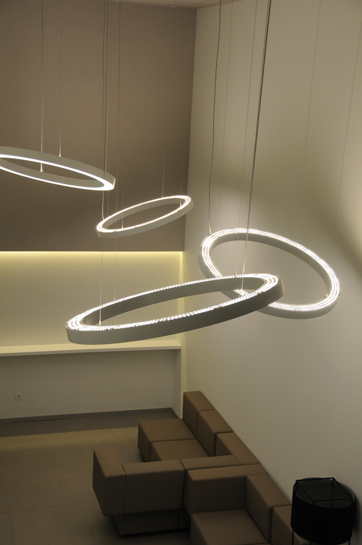 LUZIBÉRICA | BLUE LIGHTING projects por LUZZA by AIPI - Portuguese Lighting Association Moderno