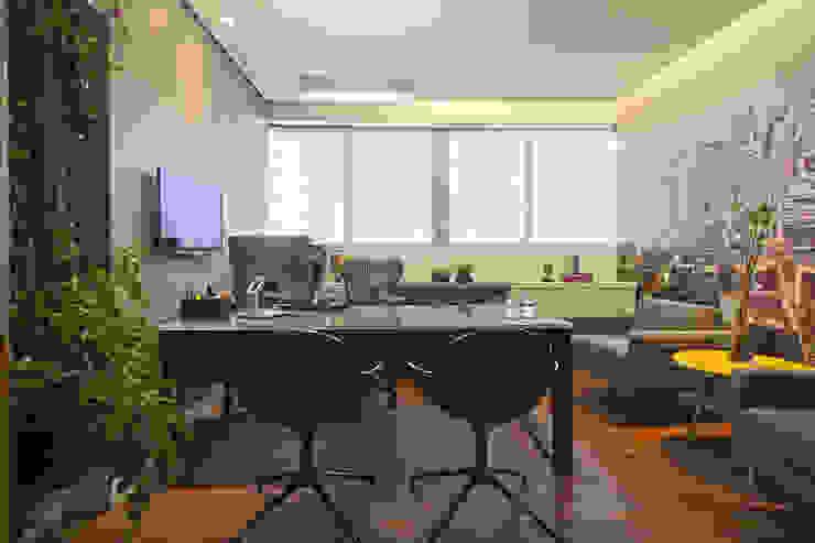 Sala do diretor Espaços comerciais modernos por Orizam Arquitetura + Design Moderno Plástico