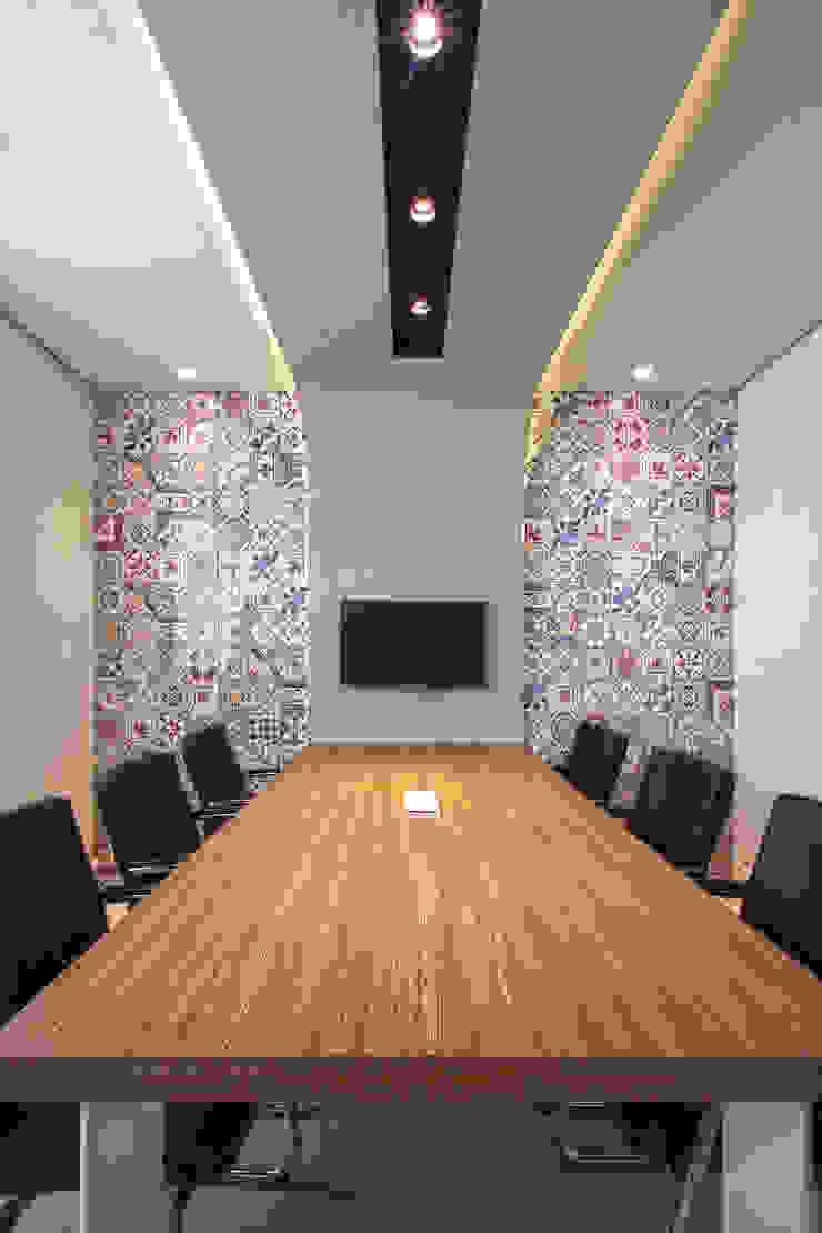 Sala de reuniões Espaços comerciais modernos por Orizam Arquitetura + Design Moderno