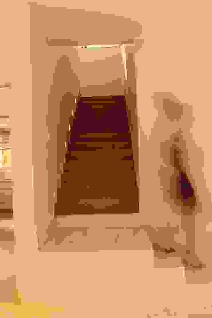 StudioM4 Arquitetura Corridor, hallway & stairsStairs