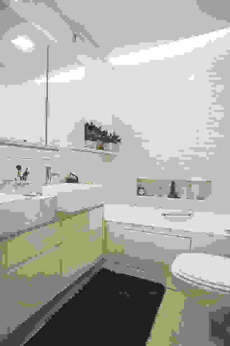 Banho master Banheiros minimalistas por Orizam Arquitetura + Design Minimalista Pedra