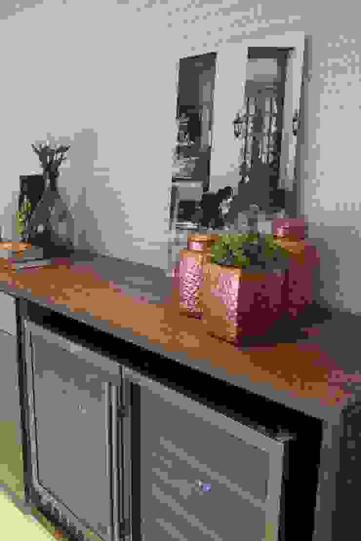 ADEGA FUNCIONAL PARA MAIS DE 150 GARRAFAS Adegas modernas por Fernanda Gianotto Arquitetura e Interiores Moderno Madeira Efeito de madeira