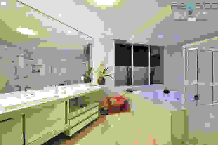 Residência C.M Renato Souza Arquitetura Banheiros modernos