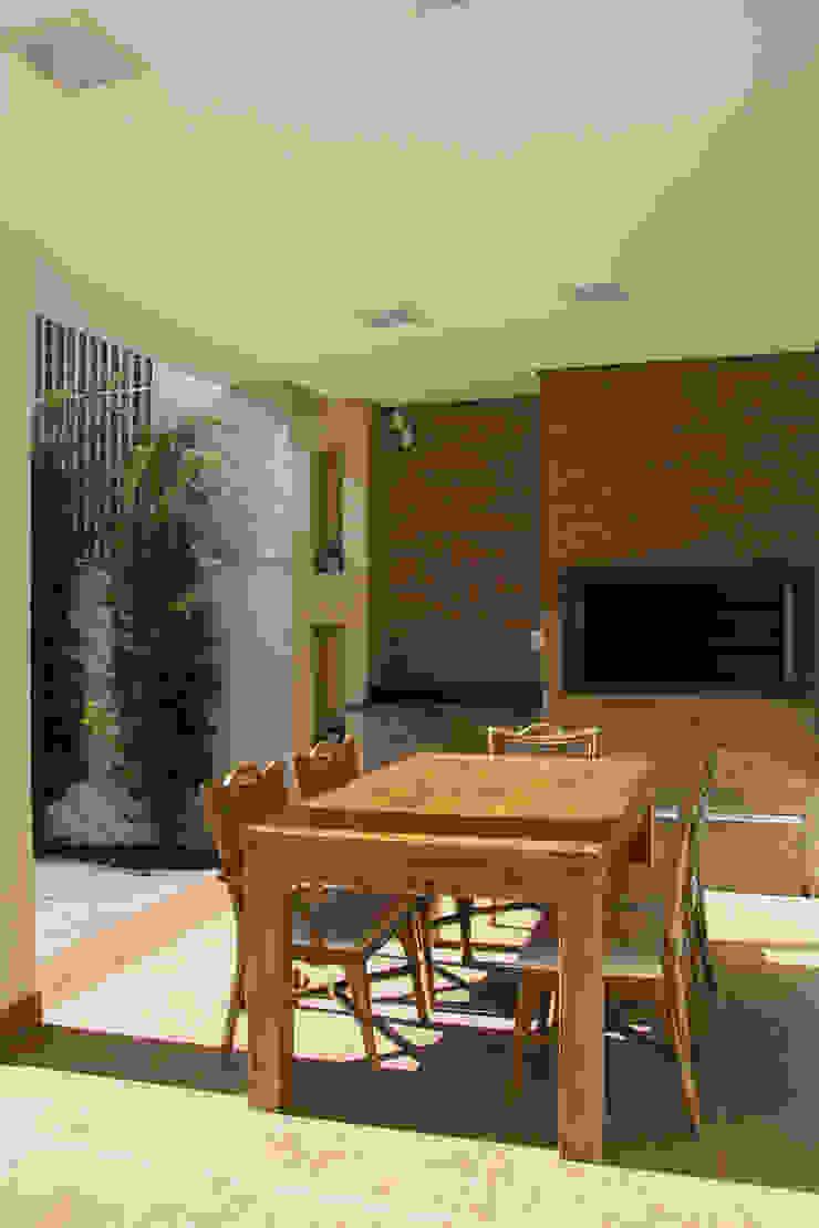 Residencial da Colina Varandas, alpendres e terraços clássicos por Carla Almeida Arquitetura Clássico