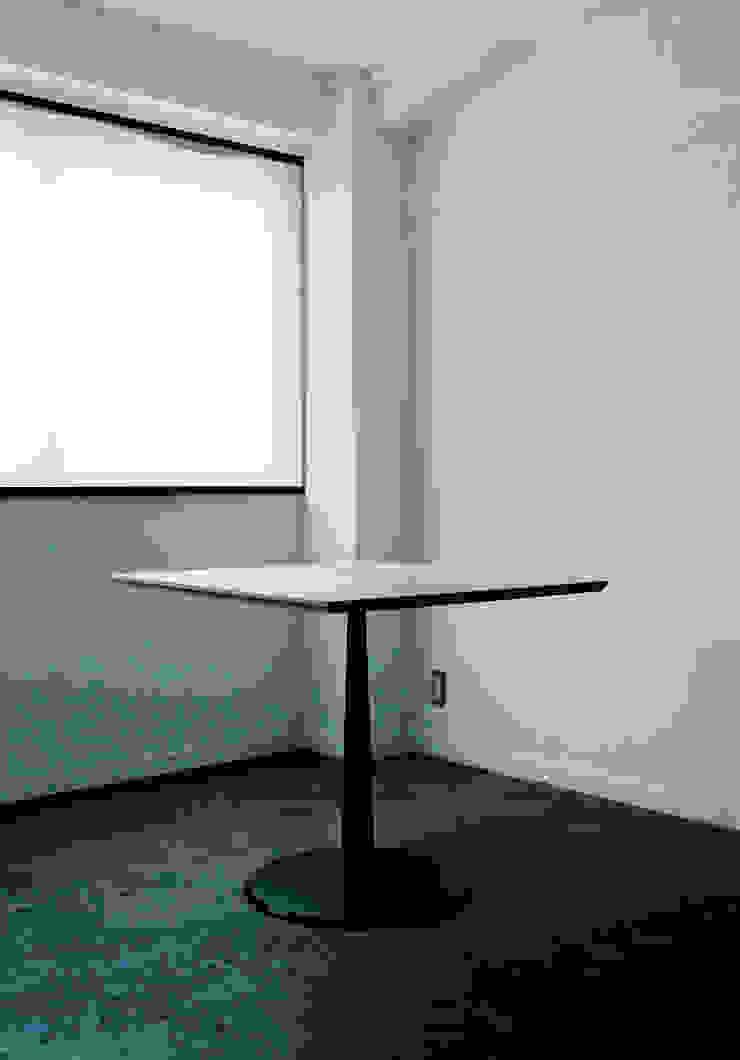 KICHI TABLE: ROIRO (ロイロ 株式会社)が手掛けたミニマリストです。,ミニマル 木 木目調
