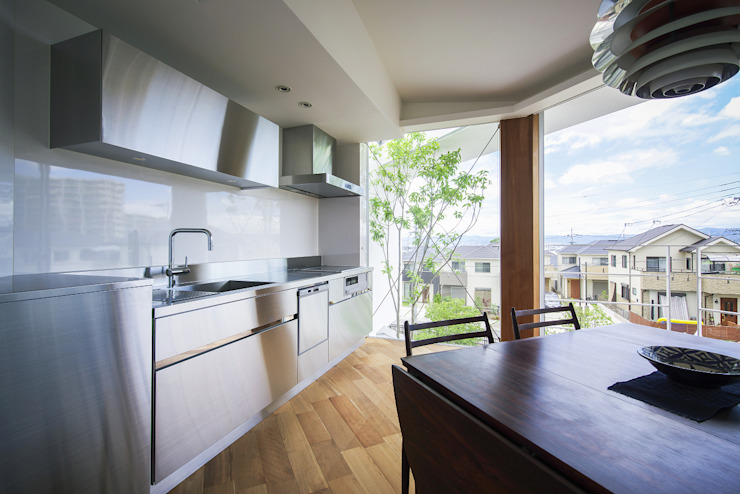 Cocinas modernas de プラスアトリエ一級建築士事務所 Moderno