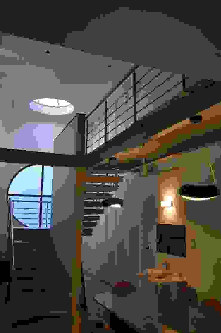Weekend house Modern corridor, hallway & stairs by Vipul Patel Architects Modern