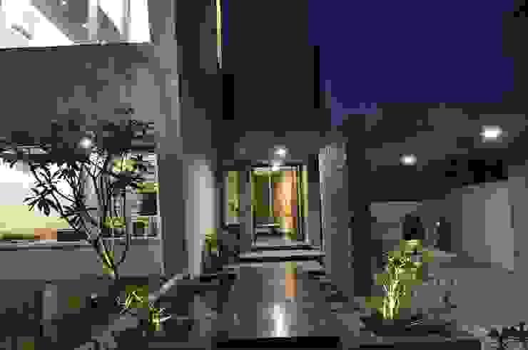 Mr. Ashwin's house Modern balcony, veranda & terrace by Vipul Patel Architects Modern