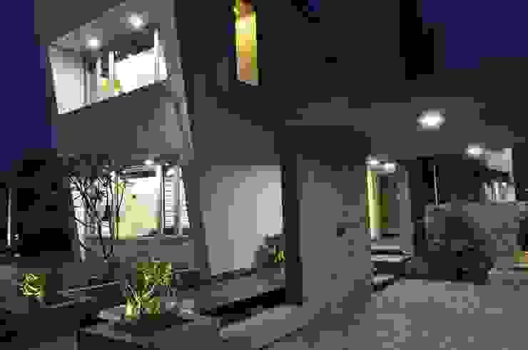 Mr. Ashwin's house Modern corridor, hallway & stairs by Vipul Patel Architects Modern