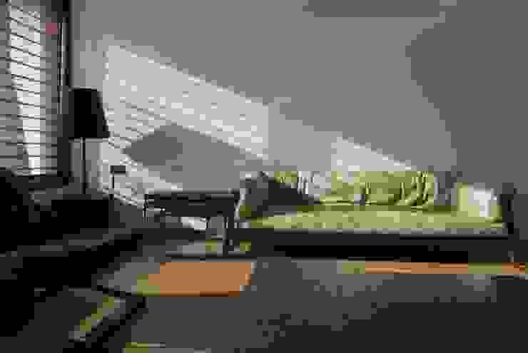 Mr. Ashwin's house Modern living room by Vipul Patel Architects Modern