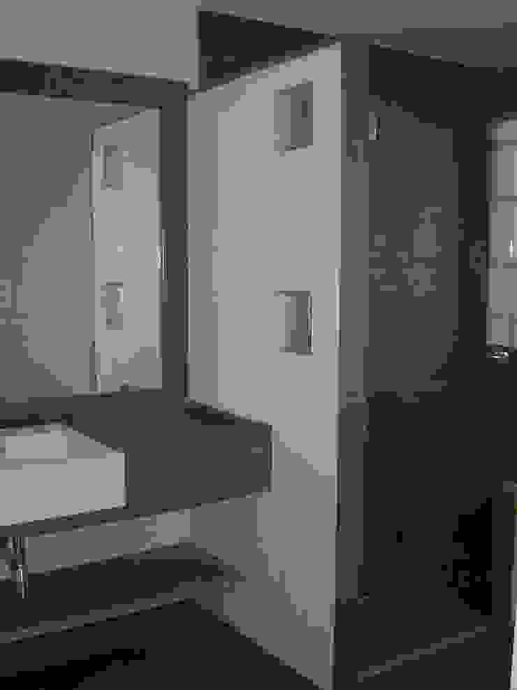 GALERÍA Baños modernos de construcciones sur Moderno
