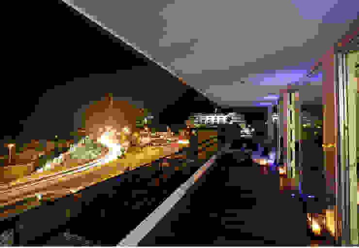 Un loft en la Albufera Balcones y terrazas de estilo moderno de Isidoro Moreno e Hijos s.l. Moderno