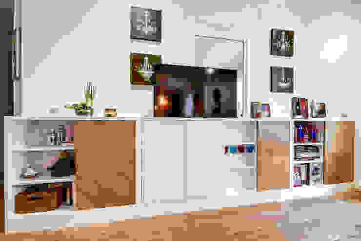 Intervention menuisée autour d'une entrée et d'un séjour Salon moderne par ATELIER FB Moderne