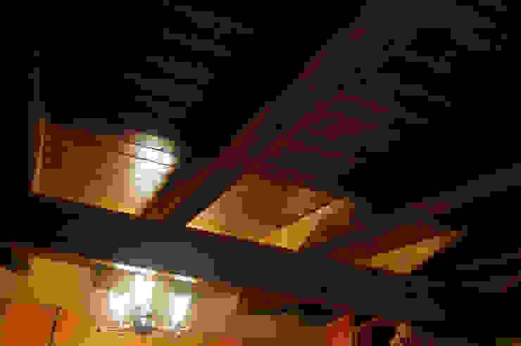 Panel de madera en vivienda de León. panelestudio.com panelestudio Habitaciones de estilo clásico Madera