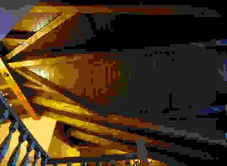 Panel de madera en vivienda del Bierzo. panelestudio Pasillos, vestíbulos y escaleras de estilo clásico Madera