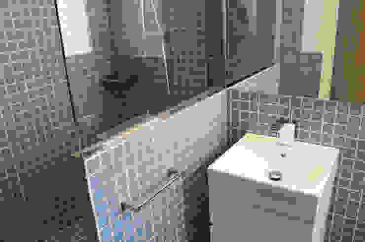 Modern Bathroom by Obra de Eva Modern