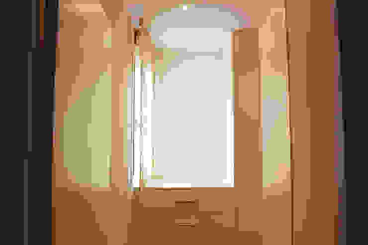 Modern Corridor, Hallway and Staircase by Obra de Eva Modern