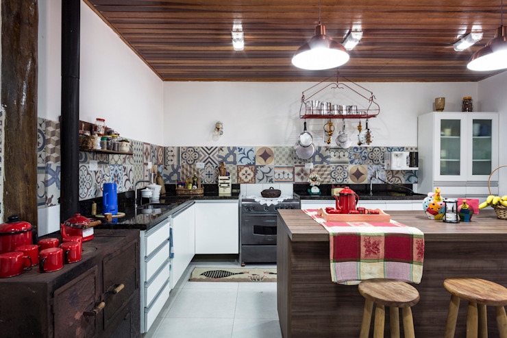 Elisabeth Berlato Arquitetura, Interiores e Paisagismo KitchenBench tops Tiles Multicolored