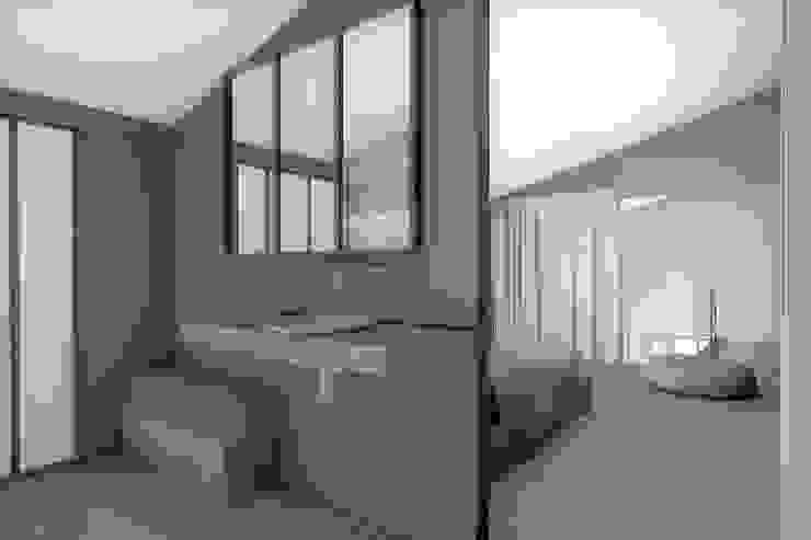 Modern Bathroom by réHome Modern
