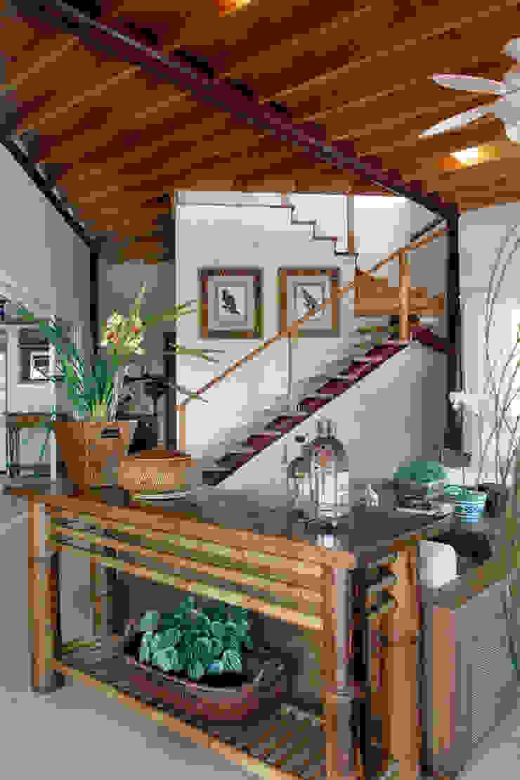 Silvia Cabrino Arquitetura e Interiores Rustic style corridor, hallway & stairs