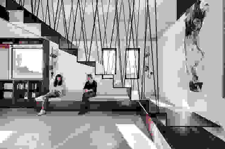 Duplex Penthouse in Tel Aviv Couloir, entrée, escaliers minimalistes par toledano + architects Minimaliste Métal