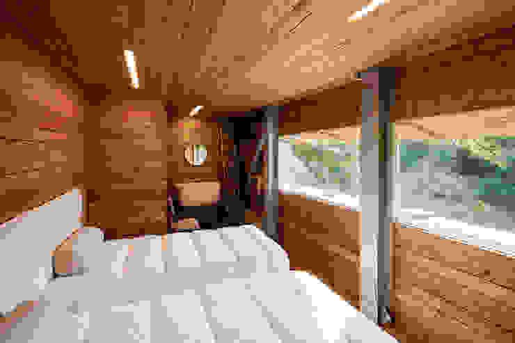 Carvalho Araújo Dormitorios de estilo moderno Madera Acabado en madera