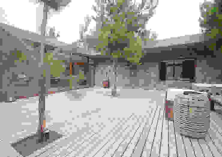 Casas de Playa – El Patio - Jardines modernos: Ideas, imágenes y decoración de LUCAS MC LEAN ARQUITECTO Moderno