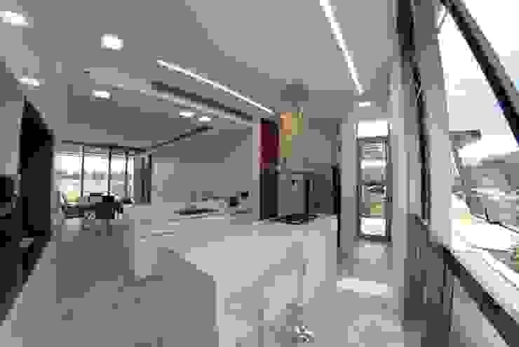 Cocinas de estilo moderno de Israel & Teper arquitectos Moderno