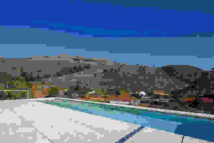 泳池 by Carvalho Araújo, 現代風 水泥