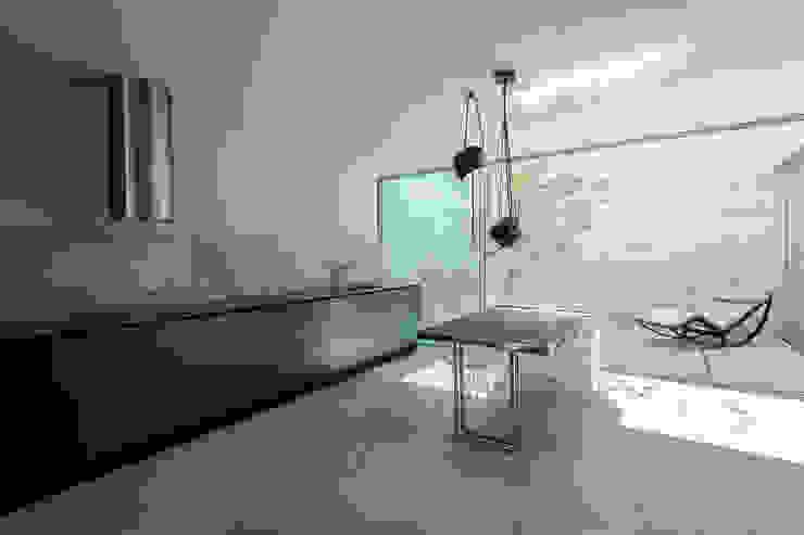 Sala da pranzo moderna di Carvalho Araújo Moderno Cemento